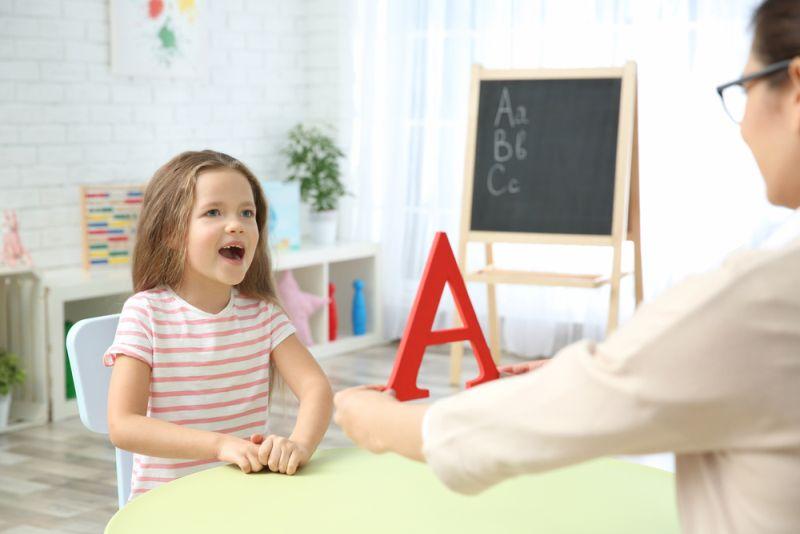 Λογοθεραπεία: Σε ποιες περιπτώσεις μπορεί να βοηθήσει παιδιά και γονείς – Πότε  πρέπει να επισκεφτούμε τον ειδικό;